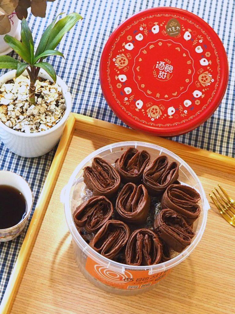 空氣感小兔子手工千層蛋捲,酒飽甜製菓所 100% 日本麵粉。使用頂級法國法芙娜的巧克力可可口味。使用頂級「法國法芙娜可可」調配製作,巧克力濃郁香氣直逼,一咬下去就知道厲害。巧克力口味和咖啡口味的製作原理一樣,利用嘴巴的溫度,愈吃香氣愈濃厚,絕對是想要整盒獨佔的好味道啦!